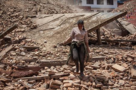 4月27日,一场7.8级地震後的尼泊尔首都加德满都街头。(Omar Havana/Getty Images)