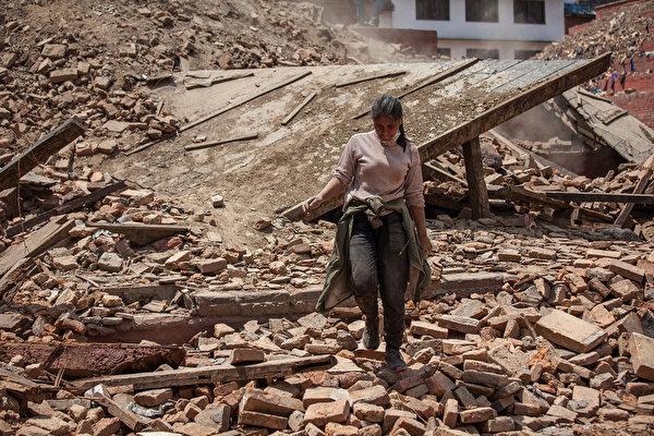 4月27日,一场7.8级地震后的尼泊尔首都加德满都街头。(Omar Havana/Getty Images)