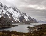 位于北极圈内罗弗敦群岛峡湾的Unstad海滩附近。(OLIVIER MORIN/AFP)