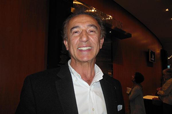 一家制造与设计公司的主席Reza Ghasem博士,2015年4月28日观看了神韵世界艺术团莅临美国肯塔基州路易斯维尔的肯塔基表演艺术中心的惠特尼剧院(The Kentucky Center for the Performing Arts, Whitney Hall)的首场演出。(李辰/大纪元)