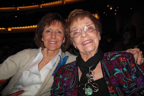 Claudia Crump女士(右)与Nancy Banet女士(李辰/大纪元)