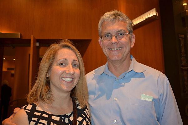 注册会计师( CPA)Terry Kuhn先生和太太Sarah Kuhn观看神韵 (海伦/大纪元)