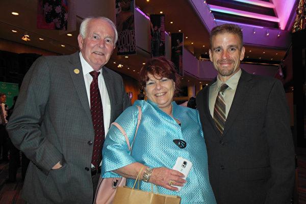 公司老板Dona Daubitz Barry 女士和先生、儿子一家人观看了2015年4月28日晚神韵世界艺术团莅临美国肯塔基州路易斯维尔的肯塔基表演艺术中心的惠特尼剧院(The Kentucky Center for the Performing Arts, Whitney Hall)的首场演出。(李辰/大纪元)