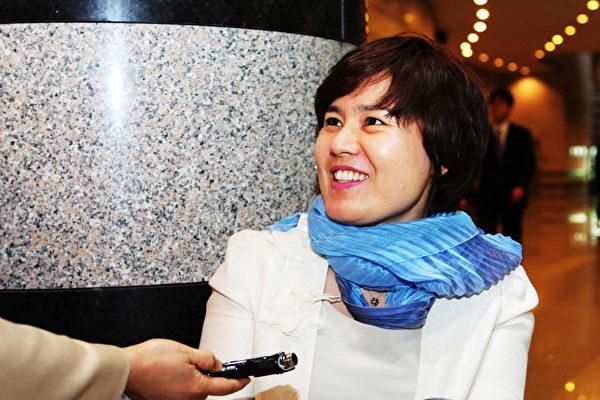 2015年4月29日晚间,韩国国民银行长有支店VIP组长吴美京观赏神韵纽约艺术团在韩国昌原城山Arts Hall大剧场第一场演出。(金珍太/大纪元)