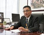 4月28日,州众议员朱感生在沙加缅度的办公室接受采访。(周凤临/大纪元)