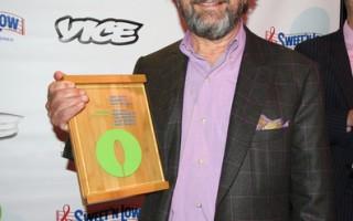 2015年4月22日晚,北布鲁克林户外空间联盟(OSANB)举行第四届庆祝大会,OSANB为布鲁克林酿酒厂总裁Steve Hindy颁发荣誉奖。(孙华/大纪元)