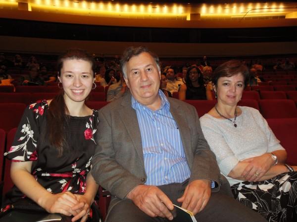 路易斯维尔大学麻醉学家、医生、助理教授Aurel Neamtu先生和太太、女儿全家 2015 年4月29日晚观看神韵世界艺术团在美国肯塔基州路易维尔市肯塔基表演艺术中心的维特妮大厅(Whitney Hall)的第二场演出。(李辰/大纪元)
