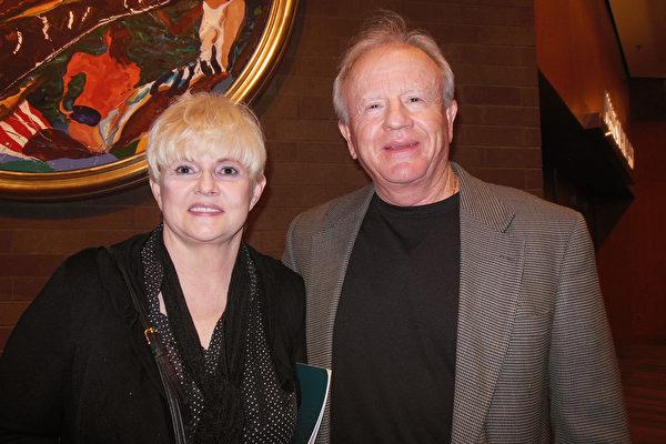 医疗公司的总裁大卫.伍德(David Wood)先生和退休教师塞丽娜.鹏迪格若夫(Selina Pendygraft)女士,4月29日一起观看神韵世界艺术团在美国肯塔基州路易斯维尔的肯塔基表演艺术中心的惠特尼剧院(The Kentucky Center for the Performing Arts, Whitney Hall)的最后一场演出。(李辰/大纪元)