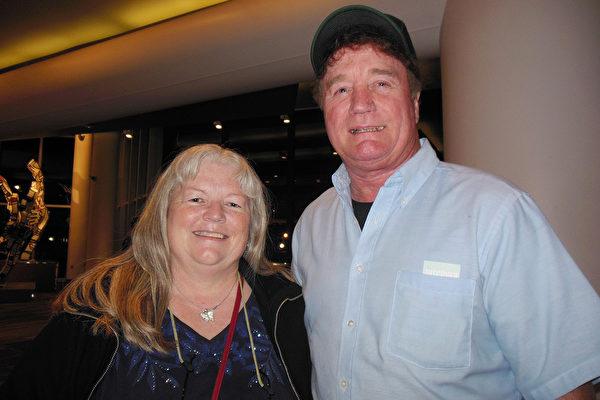 铁路公司的总裁Terry Respondek先生和太太Debbie Respondek女士4月29日观看了神韵世界艺术团在美国肯塔基州路易斯维尔的肯塔基表演艺术中心的惠特尼剧院(The Kentucky Center for the Performing Arts, Whitney Hall)的第2场演出。(李辰/大纪元)