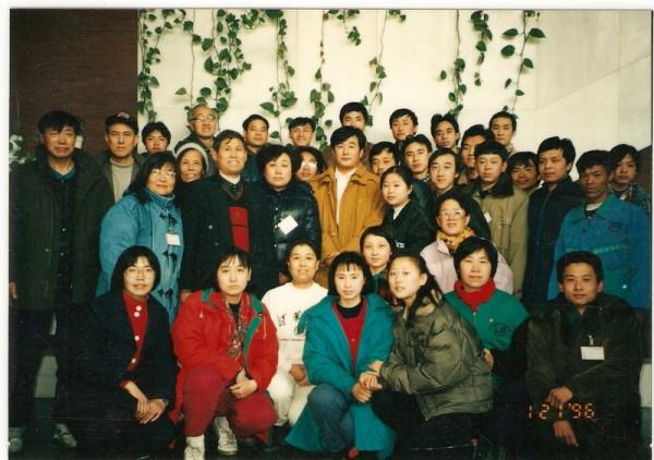 1996年1月21日,法轮功创始人李洪志先生莅临清华大学建筑馆,在《转法轮》精装本首发式上讲法,并与清华大学法轮功学员合影。(明慧网)