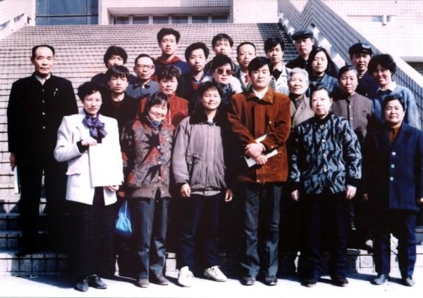 1994年李洪志先生在河北石家庄传法期间,与当地部分法轮功学员合影。(明慧网)