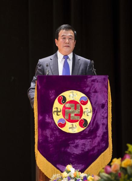 法轮功创始人李洪志师父在2012纽约法会讲法。(戴兵/大纪元)