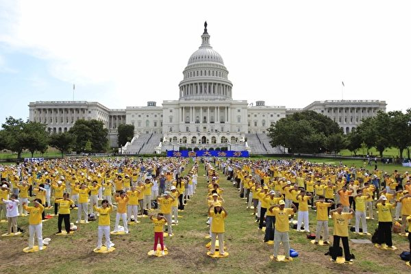 2012年7月12日,美国首都华盛顿,来自世界各地各族裔的部分法轮功学员,在美国国会山前集体炼功。(李明/大纪元)