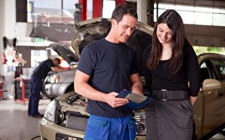在車行購買二手車時,你需要查清各種名目的收費都是甚麼,了解車行提供的保養服務是否值得你花那筆服務費。(fotolia.com)