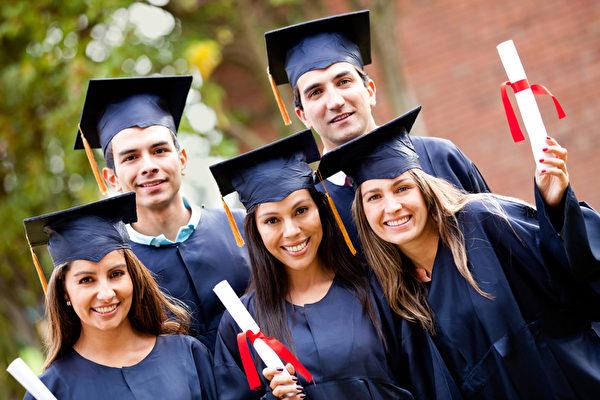 2015年的大学毕业生遇上美国经济复苏和婴儿潮退休风,就业市场有所好转。大专以上学历人士就业自去年夏天开始回升。(fotolia)