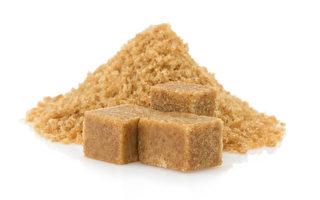 近日有网民和记者曝出,大陆多年来出售的很多红糖是用赤砂糖冒充的假货,不能起到养生疗效,甚至对身体有害。(Fotolia)