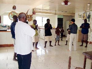 南太平洋岛国巴布亚新几内亚的前副总理及家人学炼法轮功。(明慧网)