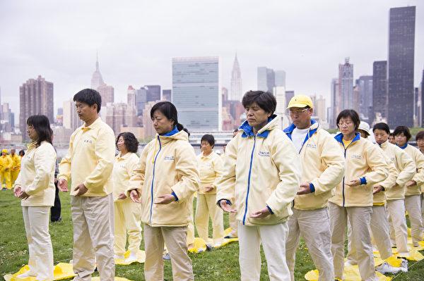 2014年5月14日,来自大纽约地区的部分法轮功学员近千人,在联合国总部对岸河边的甘纯公园,举行大型炼功排字。(戴兵/大纪元)