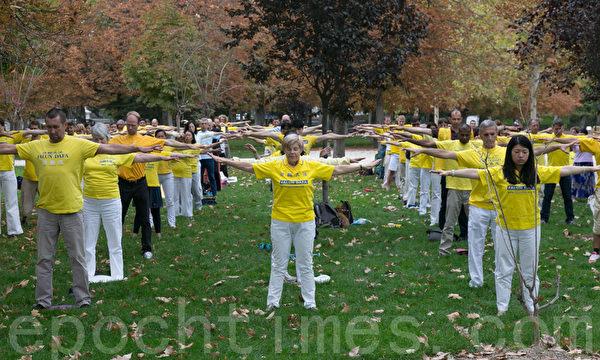 2014年10月3日至5日,来自欧洲35个国家的部分法轮功学员一千人齐聚西班牙马德里,图为法轮功学员在马德里著名的丽池公园(Retiro Park)集体炼功。(罗元/大纪元)