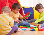 图:孩子在地板上玩(fotolia)