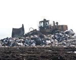 硅谷纽比垃圾场的垃圾山工作面。(马有志/大纪元)