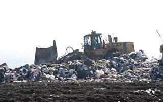 硅谷紐比垃圾場的垃圾山工作面。(馬有志/大紀元)