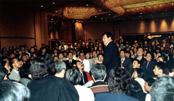1999年3月23日,美国纽约喜来登饭店帝国厅,纽约法会后,李洪志师父为部分法轮功学员讲法。(明慧网)