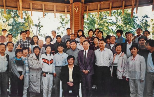 1996年10月5日,旧金山湾区法轮功学员和李洪志师父在奥德佳公园合影留念。(明慧网)