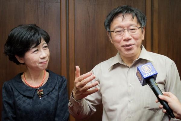 台北市长柯文哲(右)、夫人陈佩琪(左)4日晚间观赏神韵后盛赞节目非常吸引人。(陈柏州/大纪元)