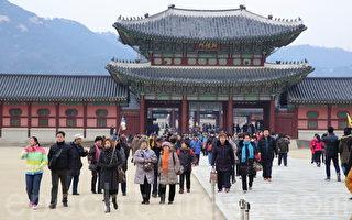韩国很多商家从中国游客身上获益。图为在首尔观光的中国游人。(全宇/大纪元)