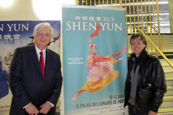 在巴黎从事高档街区住宅法律业务管理的Noel Rouberti先生(左)是一位法学家,今年他邀请建筑师朋友Jaques先生(右)一起观看了神韵国际艺术团在巴黎的最后一场演出。(麦蕾/大纪元)