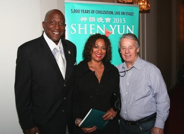 前美国橄榄球联盟球队——华盛顿红人队的著名橄榄球球星Richard Doc Walker(左)和太太及粉丝(右)(John Yu/大纪元)