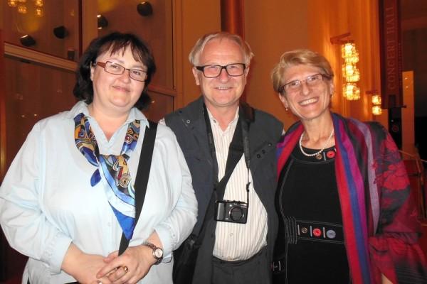华府国际货币基金组织(IMF)的资深经济学家Viera Karolova女士(左)、大学副教授Jozef Brestensky先生(中)及斯洛伐克学术理事会国际合作主任、国家教育部委员、大学副教授 Beata Brestenska女士(右)观看了4月22日神韵世界艺术团在美国华盛顿DC肯尼迪艺术中心歌剧院(Kennedy Center Opera House)的第5场演出。(李辰/大纪元)
