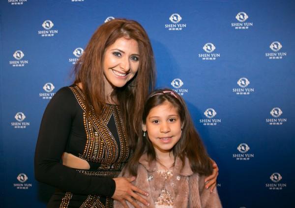 选美冠军 古瑟勒.莱玛(Guiselle Ramirez-Lema)女士和女儿观看了神韵世界艺术团在华盛顿的第六场演出。(李莎/大纪元)