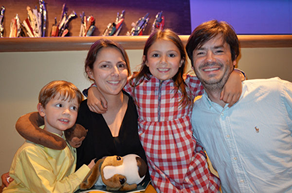 2015年4月29日,Michelle Bodner女士带着两个可爱的孩子和丈夫一起来到路易斯维尔市的肯塔基表演艺术中心观赏神韵。(海伦/大纪元)