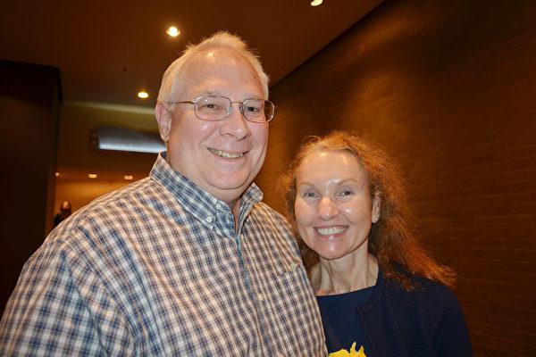 2015年4月29日,Kevin  Small夫妇在美国肯塔基州路易斯维尔的肯塔基表演艺术中心讲述了他们对神韵的观感。(海伦/大纪元)