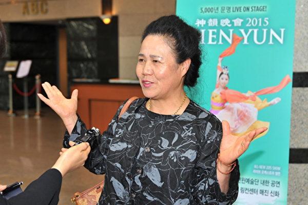 2015年4月30日下午,韩国红十字会长金京珉观赏了神韵纽约艺术团在韩国昌原城山艺术中心第二场演出。(郑仁权/大纪元)