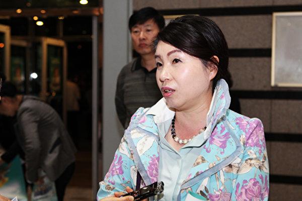 庆南画家李顺乐观看了神韵在昌原城山艺术中心的演出后表示,观看神韵演出让她的心灵得到了净化,而且从中获得了创作的灵感。(金珍太/大纪元)