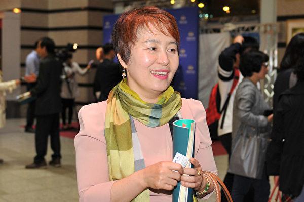 2015年4月30日晚,天彩泉幼儿园院长河孟花观看了神韵演出。(郑仁权/大纪元)