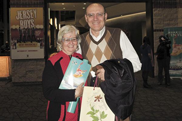 物理学家Horacio Girut先生和太太于5月1日晚在美国南卡州的格林维尔市一起观看了神韵演出。(林南/大纪元)