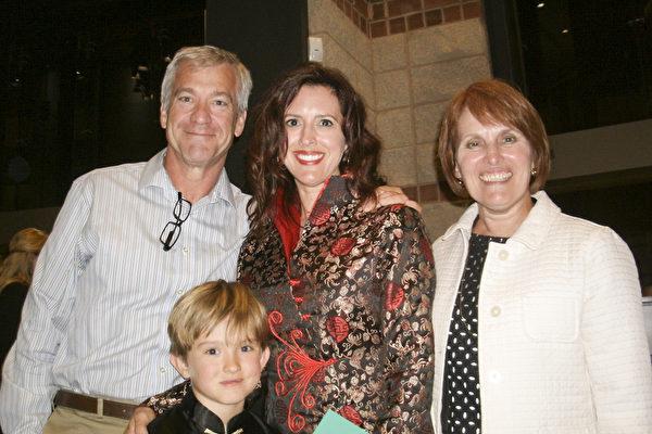 Susan Peck女士是一所大学的行政人员,她和先生还有女儿和外孙一家四口一起来看神韵。(萧恩/大纪元)