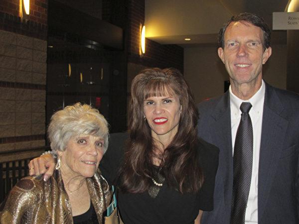 2015年5月1日,迈图高新材料集团(Momentive)的副总裁Donna Harrisong女士同母亲和朋友一起在美国南卡州格林维尔市观赏了神韵演出。(林小凡/大纪元)