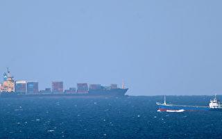 美國中央司令部發言人萊德上校,於2015年5月1日表示,美國目前除了會加強保護在霍爾木茲海域的美國籍船隻外,也正在與各國討論如何保護遭到伊朗騷擾的其他國籍商船。本圖右方為一艘行駛在霍爾木茲海上的貨輪。(MARWAN NAAMANI/AFP/Getty Images)