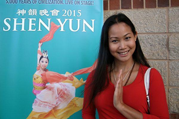 2015年5月2日,Tonhu Tran女士在美国南卡州格林维尔市观赏神韵时,感到巨大的能量冲击。(萧恩/大纪元)