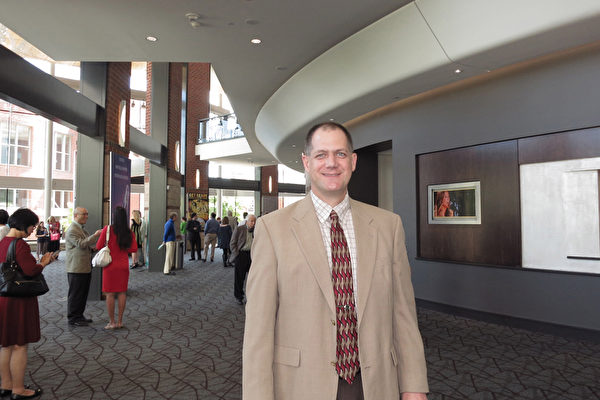 Alan Isom先生于5月2日下午在美国南卡州的格林维尔市观看了神韵演出。(林南/大纪元)