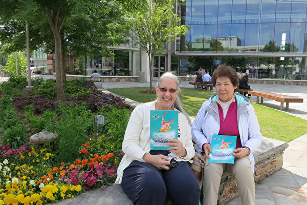 Biair Shepard(左)和朋友Labby于5月2日下午在美国南卡州的格林维尔一起观看了神韵演出。(林南/大纪元)