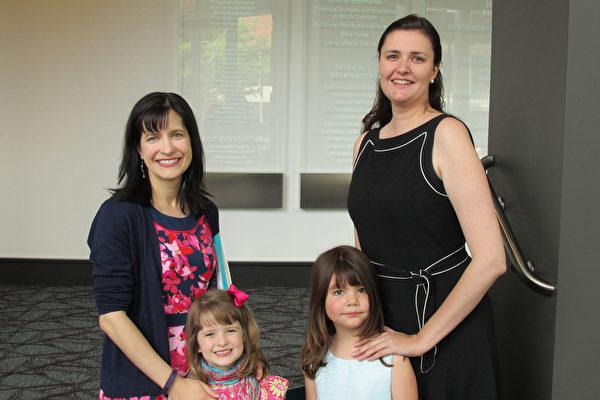 2015年5月2日,Peresis(右)和女儿、朋友一起来观赏在美国南卡州格林维尔的第二场演出。(林小凡/大纪元)