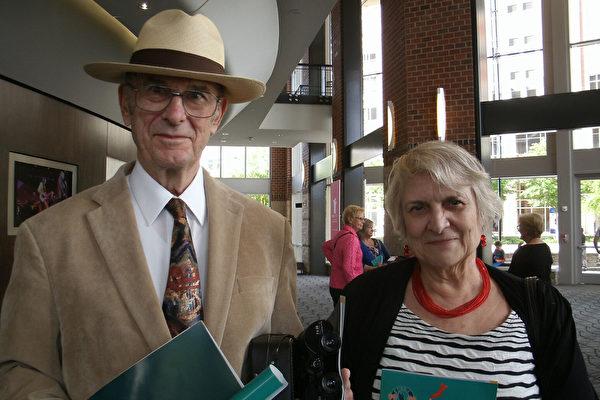 2015年5月2日,Beyerle夫妇在美国南卡州格林维尔的和平表演艺术中心(Peace Center for the Performing Arts)观赏神韵演出。(萧恩)/大纪元)