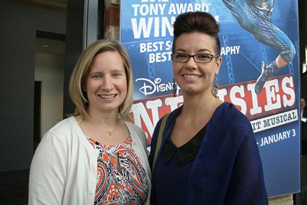 2015年5月2日,Julie Rosenau(右)同家人和朋友一起到美国南卡州格林维尔市观赏神韵。(萧恩)/大纪元)