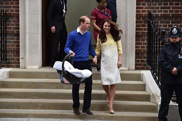5月2日生下女兒當天,威廉和凱特就帶著新生小公主高高興興回家。(Photo credit should read LEON NEAL/AFP/Getty Images)